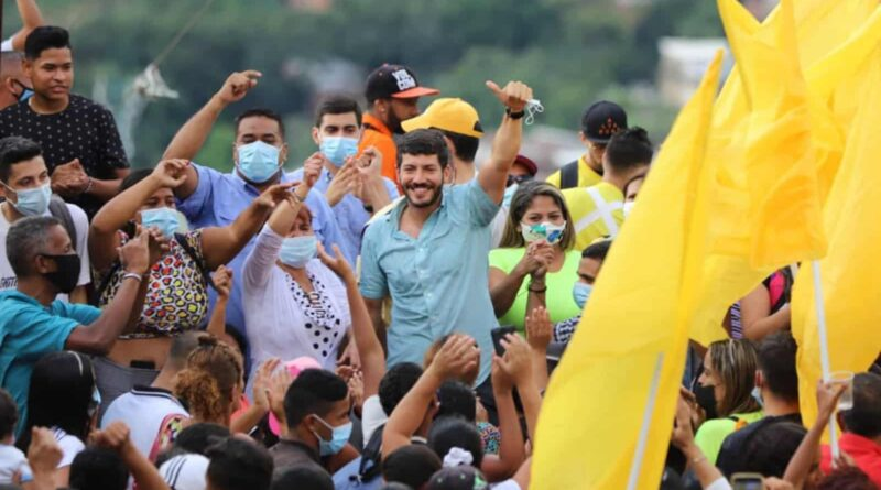 Primero Justicia young politician Roberto Patino during an electoral activity in Caracas. Photo courtesy of Twitter.