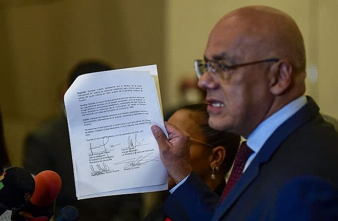Jorge Rodriguez showing the memorandum that formalized the launching of Mexico Talks File photo.