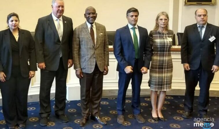 """Leopoldo Lopez """"posing"""" in a photo along Julio Borges during a visit to the United States (Florida) last June. File photo."""