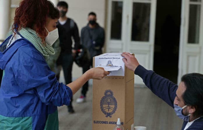 oman wearing a face mask casting her vote for Argentina's parliament primaries. Photo courtesy of RedRadioVE.