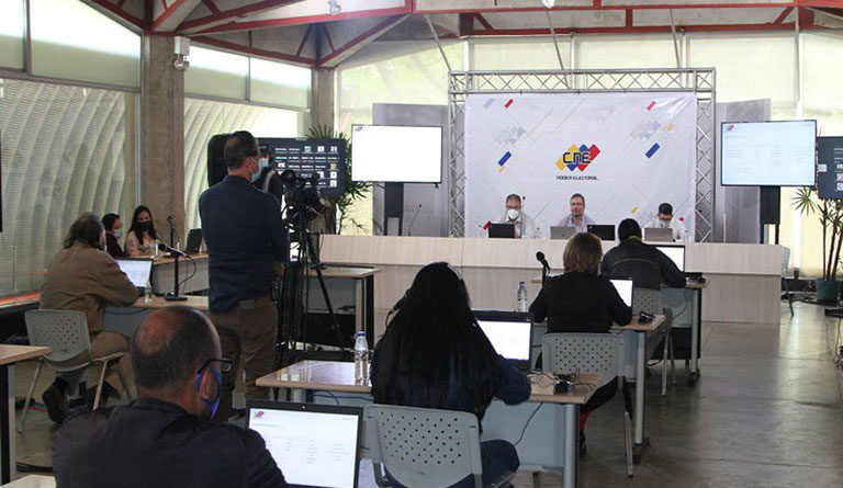 Venezuela's electoral authority (CNE) advances along with all political parties in the audit of voting machines software. Photo courtesy of Twitter / @cneesvzla .