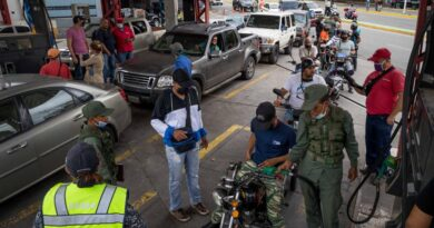 People paying for gasoline in a Venezuelan gas station. File photo.