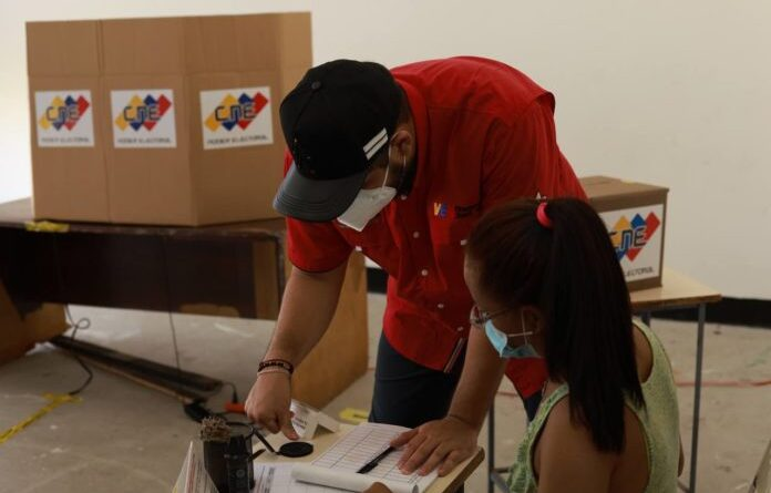 Venezuelans voting in the mock election held on Sunday, October 10, in preparation for 21N regional elections. Photo courtesy of RedRadioVE.