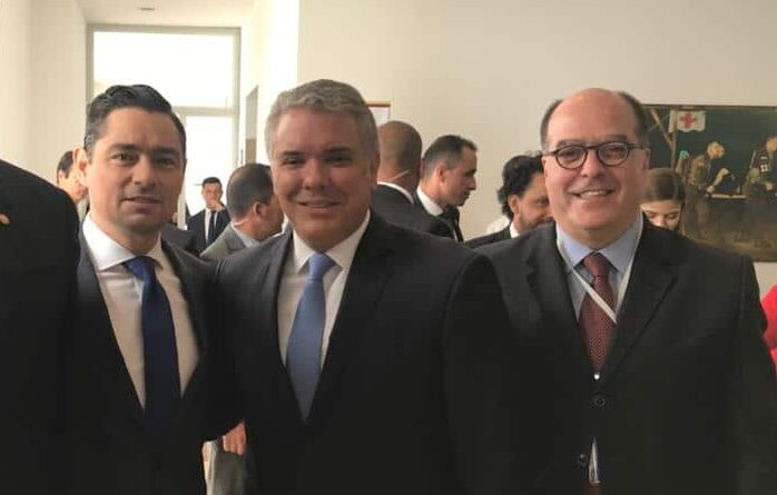 Featured image: Carlos Vecchio (left), Ivan Duque (center) and Julio Borges (right) during a meeting in Colombia. File photo courtesy of Twitter / @JulioBorges.