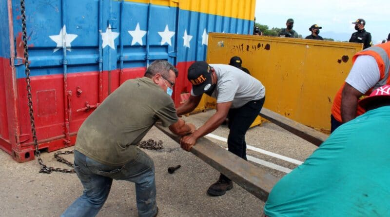 Venezuelan workers removing the containers installed at the Simon Bolivar international bridge, to prevent the force entry of alleged humanitarian aid that ended up being material for violent riots on February 2019. Photo courtesy of Twitter / @FreddyBernal.
