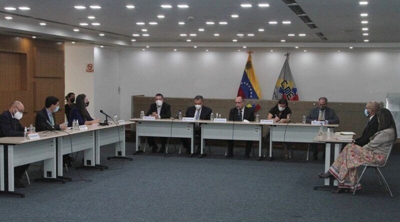 Venezuelan electoral authorities meet with Carter Center delegates in preparation for 21N regional elections. Photo courtesy of Twitter / @cneesvzla.