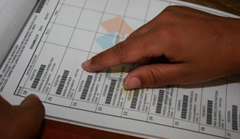 Voting notebooks where voters sign and stamp their fingerprint after voting. Photo courtesy of Twitter / @cneesvzla.