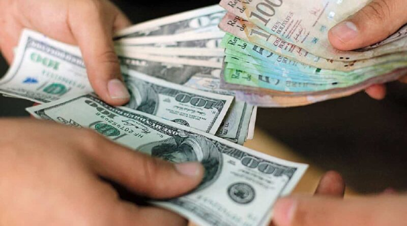 Dollars being exchanged to bolivars. Referential file photo.