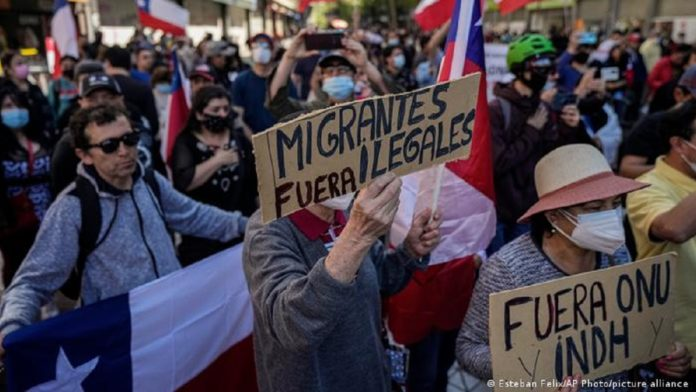 """Xenophobic protest in Chile. Many of this protesters applauded Sebastian Pinera when he invited Venezuelans to """"escape Maduro regime"""" and move to Chile. Photo courtesy of RedRadioVE."""