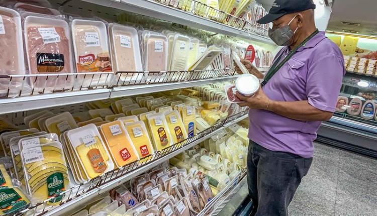 A Venezuelan doing groceries in a supermarket. File photo.